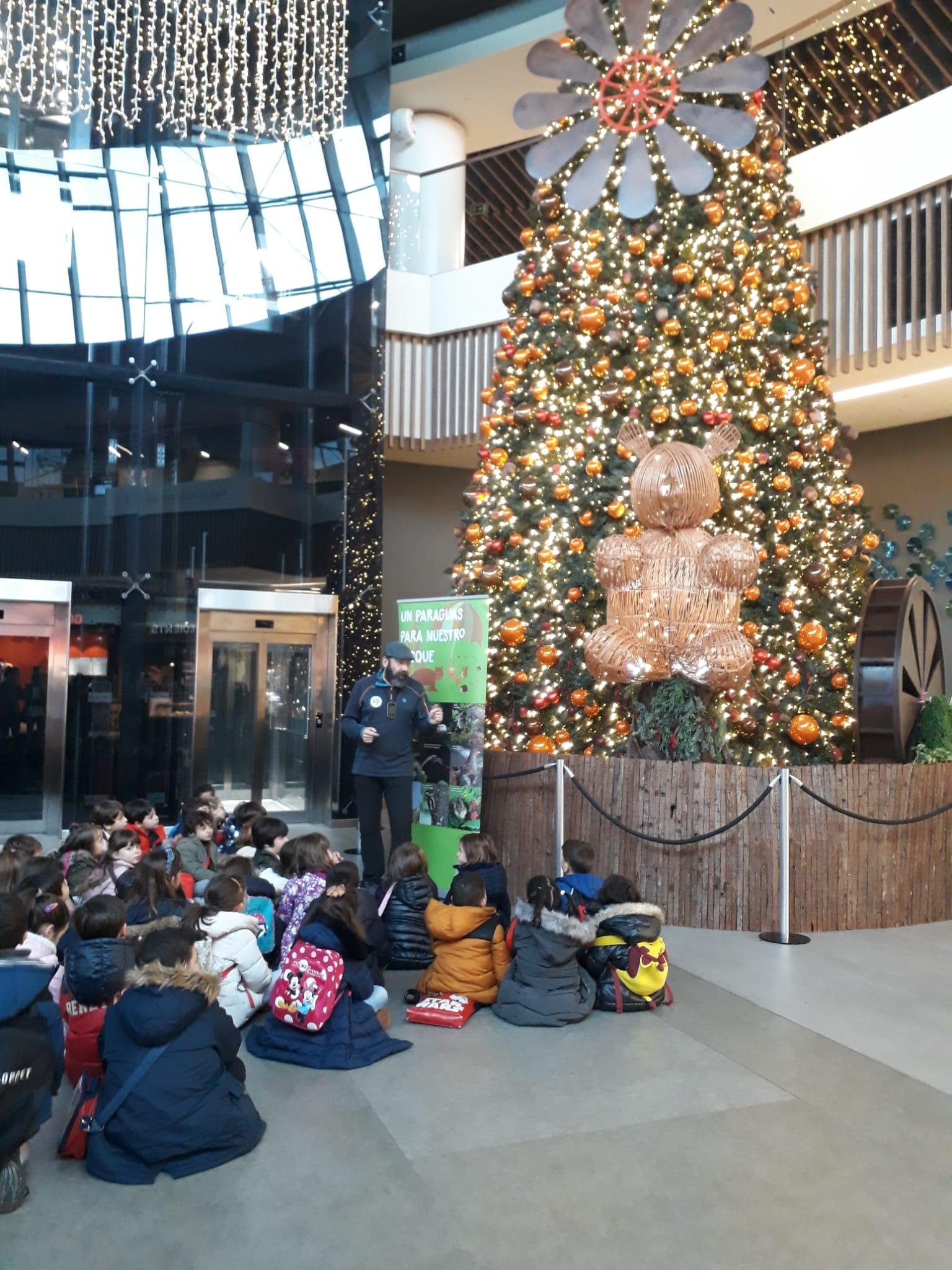 """Unos mil escolares participan en """"La Navidad del Oso"""" de intu Asturias"""