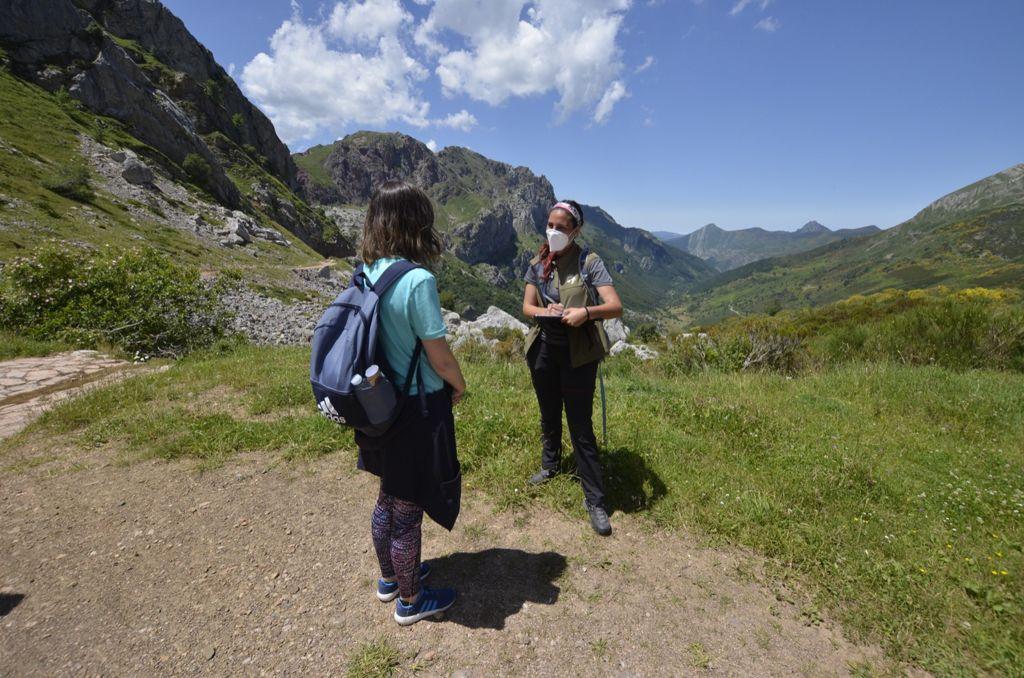 Los informadores ambientales de la FOA estarán esta Semana Santa asesorando a visitantes en espacios naturales protegidos